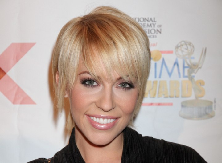 Short shag hairstyle that cuffs around the collar - Farah Fath
