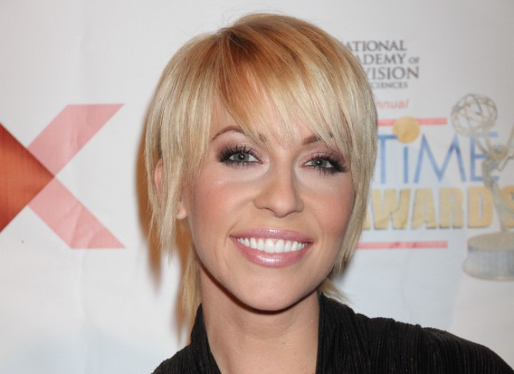 Short straight hairstyle with bangs around the eyes - Farah Fath