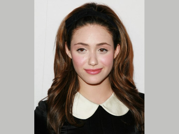 Youthful long hairstyle with a bowed hairband - Emmy Rossum