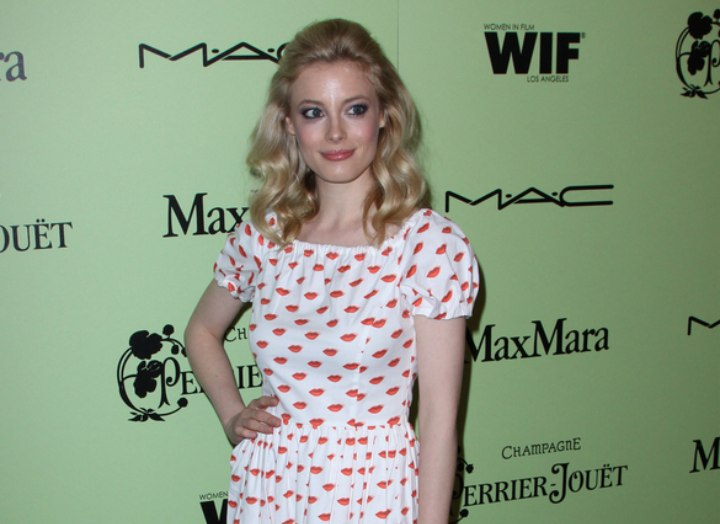 Gillian Jacobs - Dress and hairstyle for a 1950s look