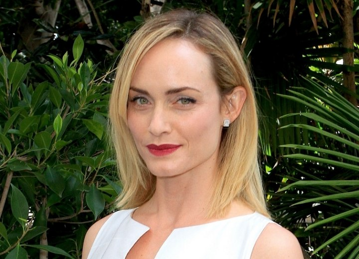 Shoulder length hairstyle - Amber Valletta