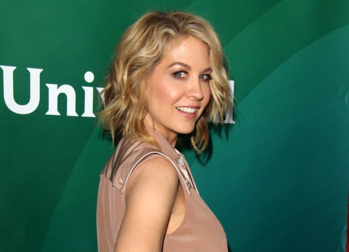 Jenna Elfman with blended blonde hair