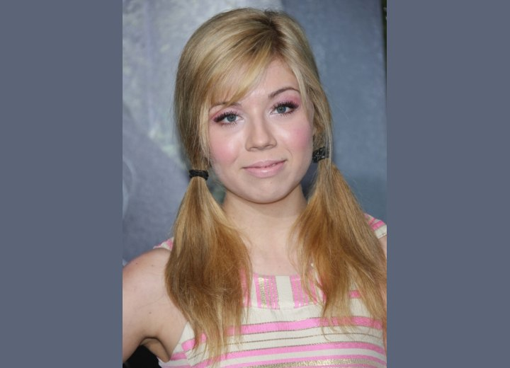 Jennette McCurdy with her hair in pigtails