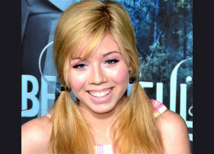 Jennette McCurdy wearing her hair in loose ponytails