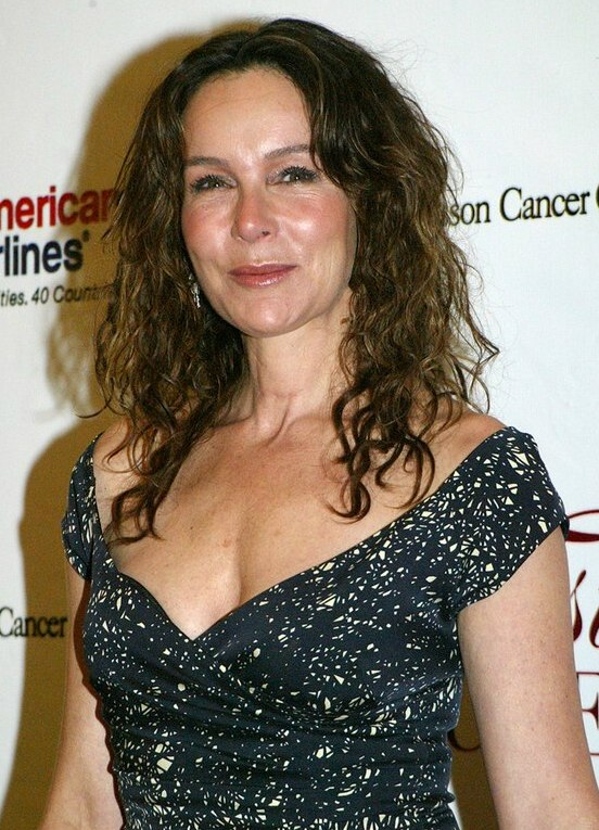 Jennifer Grey Long Hairstyle That Keeps The Forehead