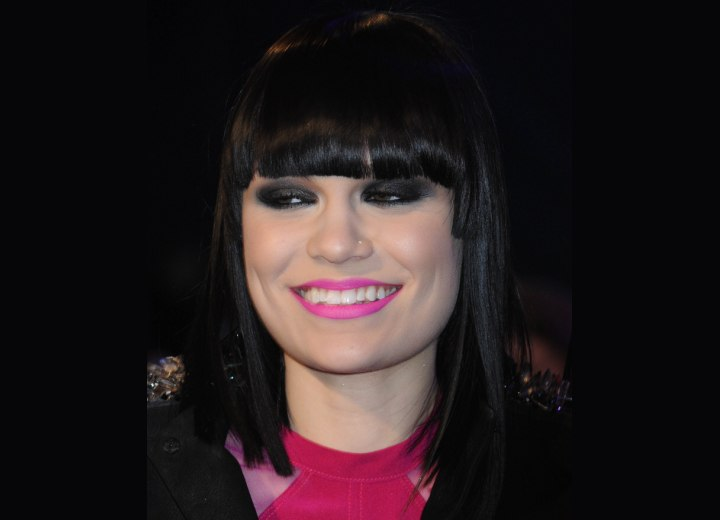 Hairstyle with very straight bangs - Jessie J