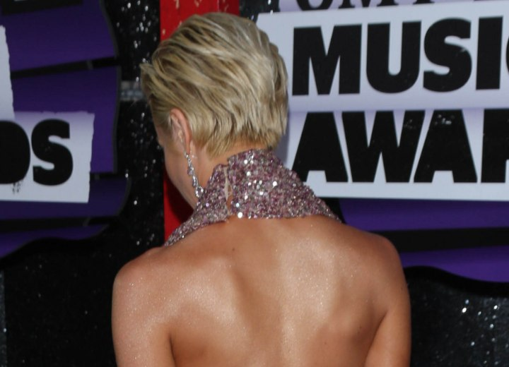 Back view of Kellie Pickler's short hairstyle