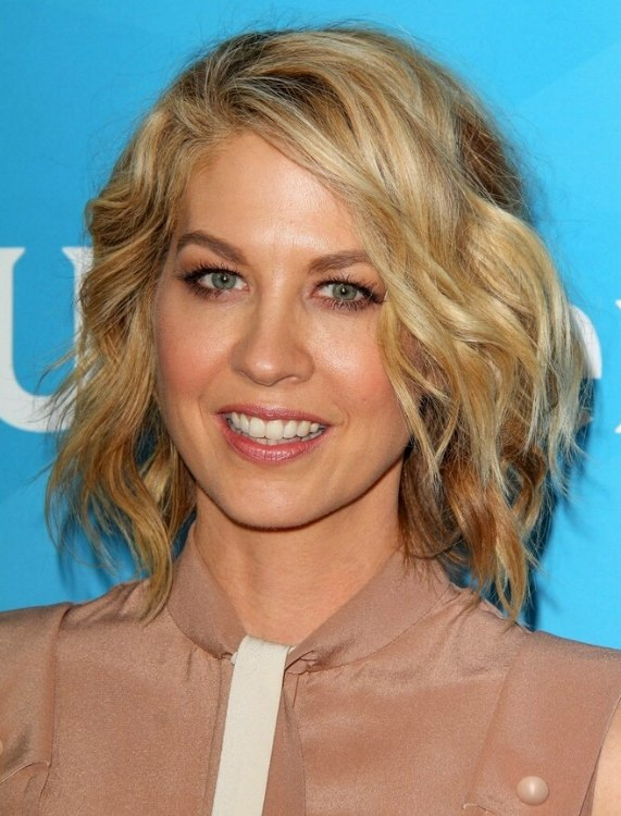 Groovy Jenna Elfman Blended Blonde Hair In A Wavy Bob For A Middle Aged Short Hairstyles Gunalazisus