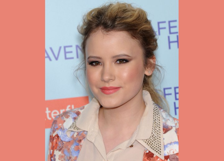 Taylor Spreitler - Hairstyle with loose waves