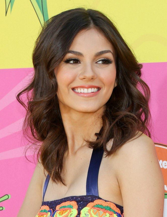 Victoria Justice Bouncy Long Hairstyle With A Retro Vibe