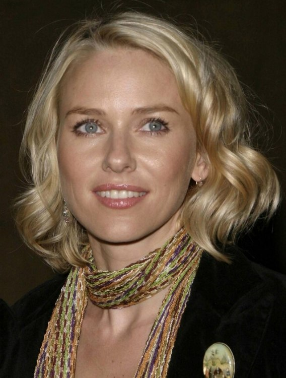 Naomi Watts Wearing Her Hair In A Shoulder Length Bob With