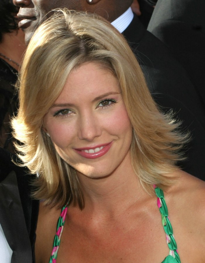 Razor Side By Side >> Tava Smiley's simple one length hairstyle and a razor cut with hair ends flipping out