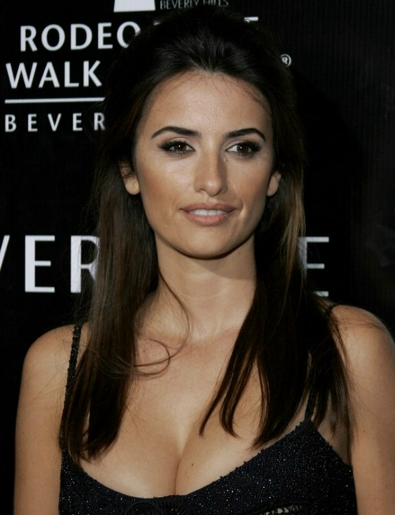 Penelope Cruz S Long Hair With The Sides Brought Back And