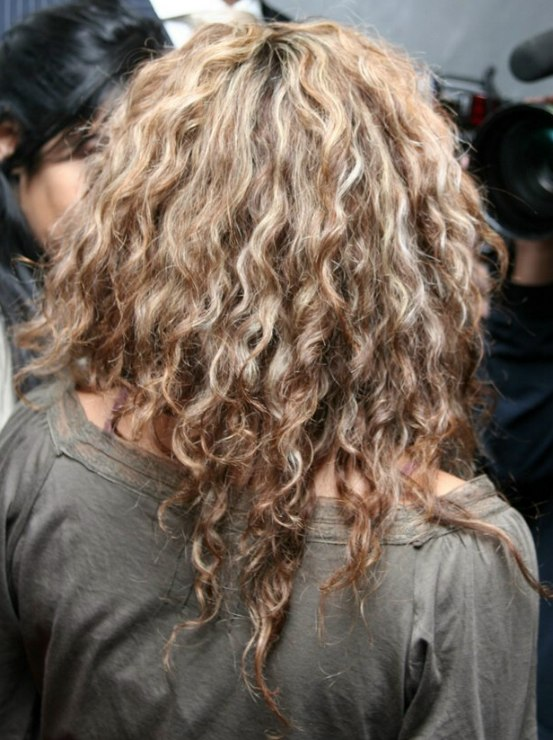 Shakira Wearing Her Hair Long With Waves And Spiral Curls