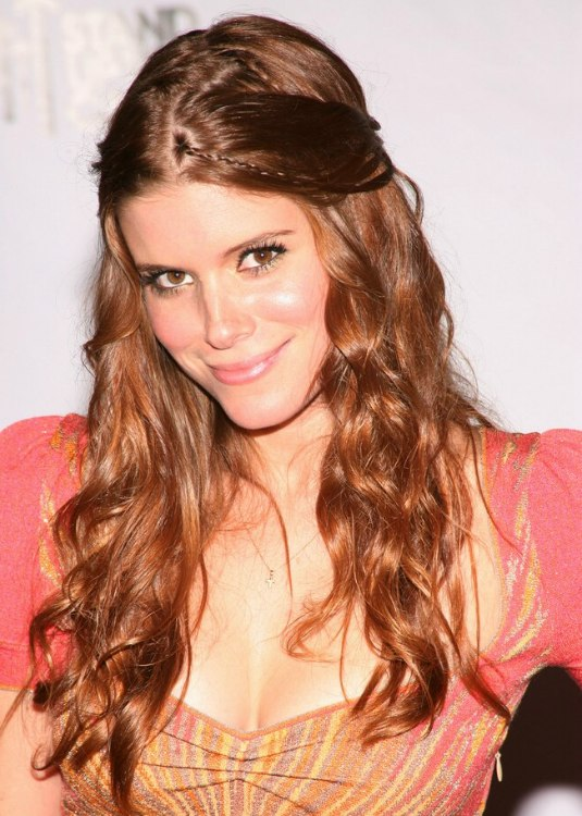 Kate Mara Youthful Hairstyle With The Hair Half Up And Pulled Back