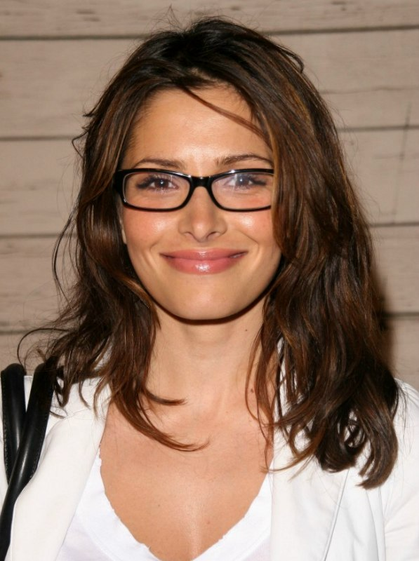 Sarah Shahi Light Long Hairstyle For Ladies Who Are