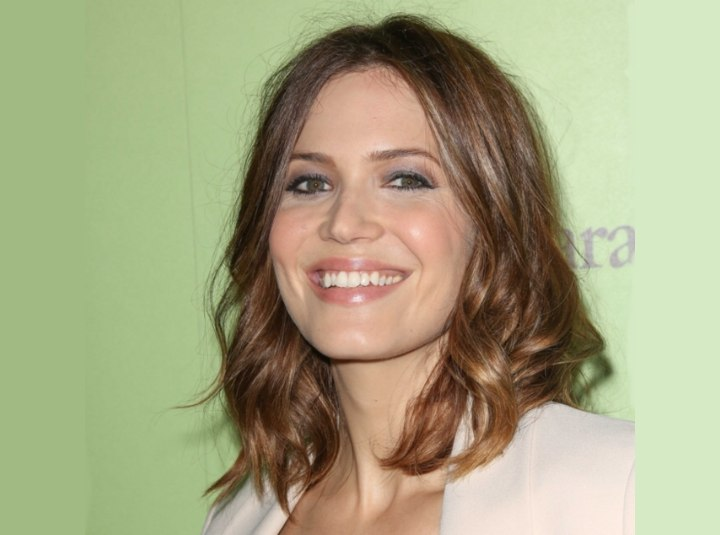 Mandy Moore - Medium length hairstyle with waves