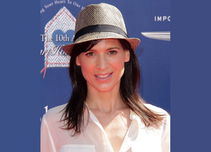 Youthful look with simple hair styling - Perrey Reeves