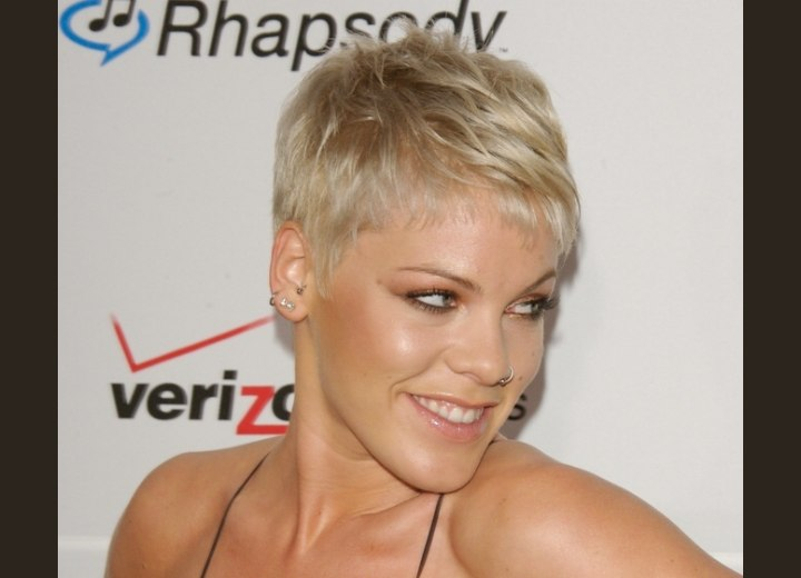 Short hairstyle with an exposed forehead - Pink