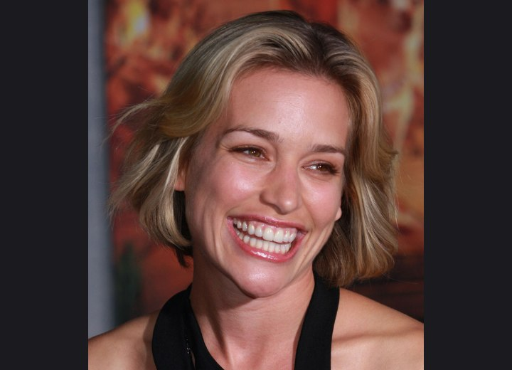 Short chin length hairstyle - Piper Perabo