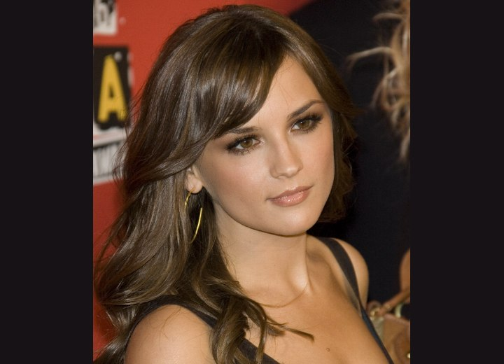 Rachael Leigh Cook wearing her hair long and with layers