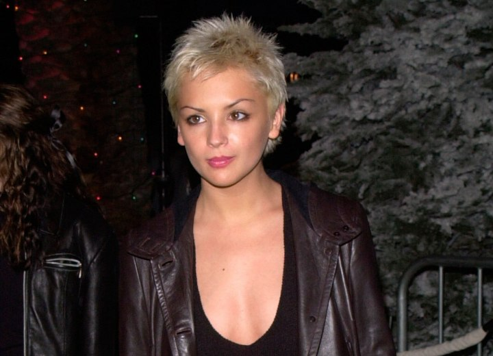 Rachael Leigh Cook look with very short hair