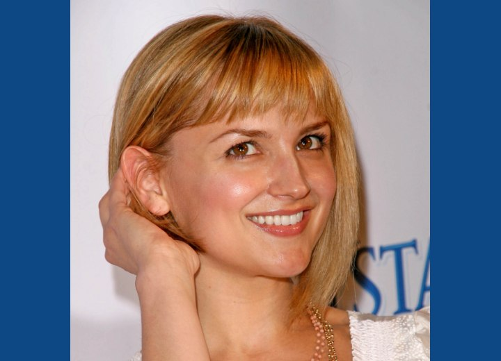 Rachael Leigh Cook showing off her new haircut