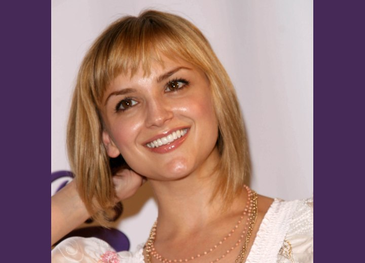 Rachael Leigh Cook with a new and shorter hairstyle