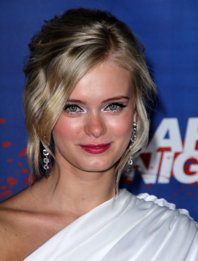 Sara Paxton 1920s Glam Updo With A Low Knotted Bun