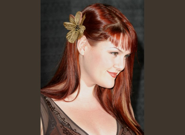 Hairstyle with a flower - Sara Rue