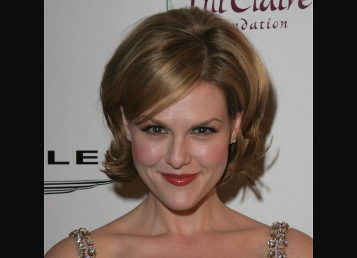 Sara Rue with bouncy short hair