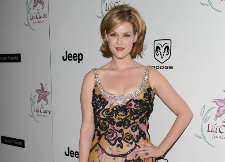 Dress and short hairstyle for a Sara Rue look