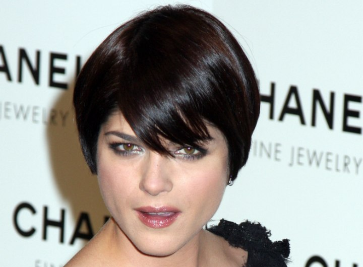 Short hairstyle with thick pieced bangs - Selma Blair
