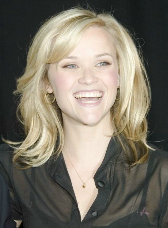 Reese Witherspoon With Shoulder Length Hair And Wearing A
