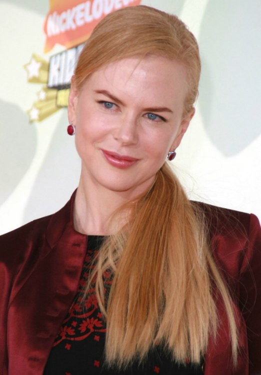 Nicole Kidman S Simple Hairstyle With Long Hair Flowing