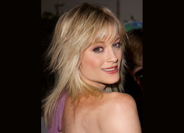 Side view of Teri Polo's haircut