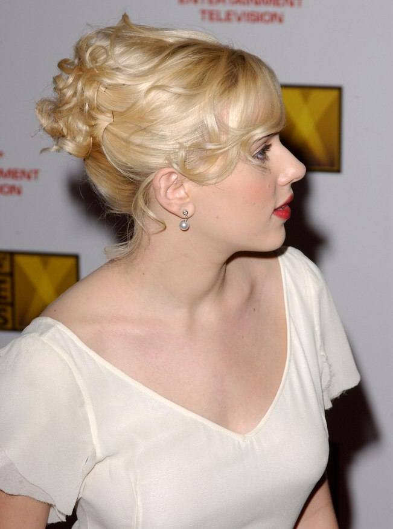 Scarlett Johansson Wearing Her Hair In A Romantic Curly Updo