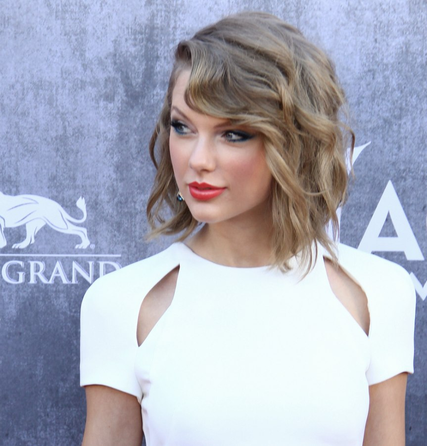 Taylor Swift wearing her hair in a new short style