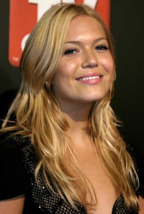 Mandy Moore S Long Blonde Hair With Golden Slices