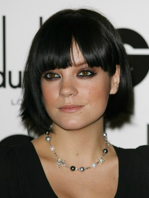 lily allens hair cut into a bob that is bowed around her chin