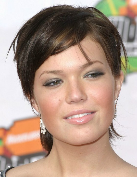 Mandy Moore wearing short hair with a longer neckline - Hairstyles Color