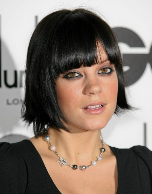 Lily Allen S Hair Cut Into A Bob That Is Bowed Around Her Chin
