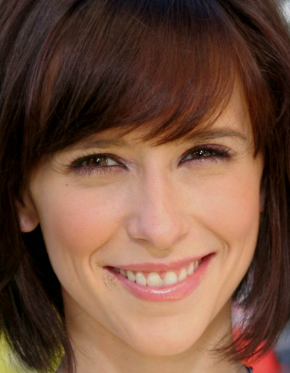Jennifer Love Hewitt With A Short Bob And Curved Bangs