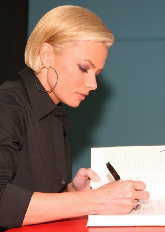Jaime Presslys Chic Short Bob With The Sides Tucked Back And - Bob hairstyle behind ears
