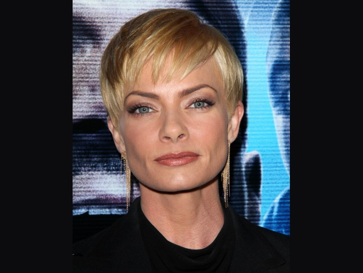 Blonde pixie hairstyle - Jaime Pressly