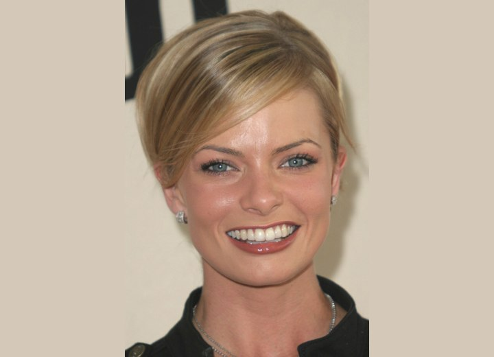 Jaime Pressly's hair with highlights