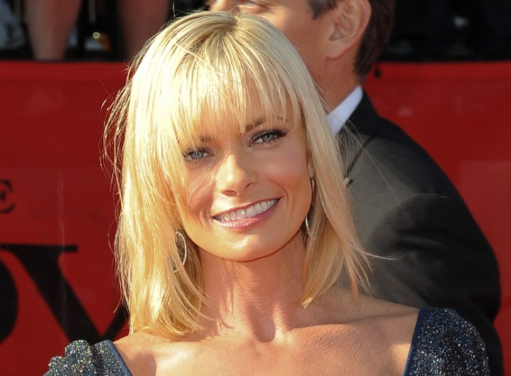 Jaime Pressly's medium hairstyle with bouncy bangs