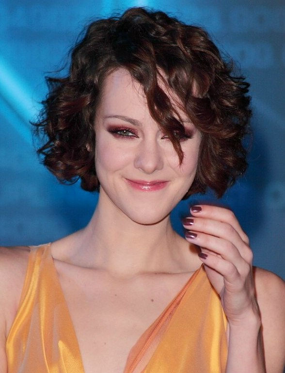 Jena Malone S Short Curly Hairstyle For A Long Oblong Face
