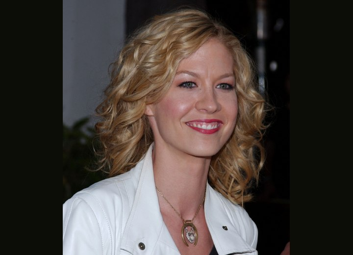 Jenna Elfman's hair with ruffled curls