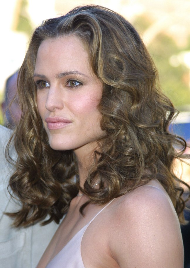 Jennifer garner with her thick long hair twisted on spiral curlers jennifer garners hair styled with spiral curlers urmus Image collections